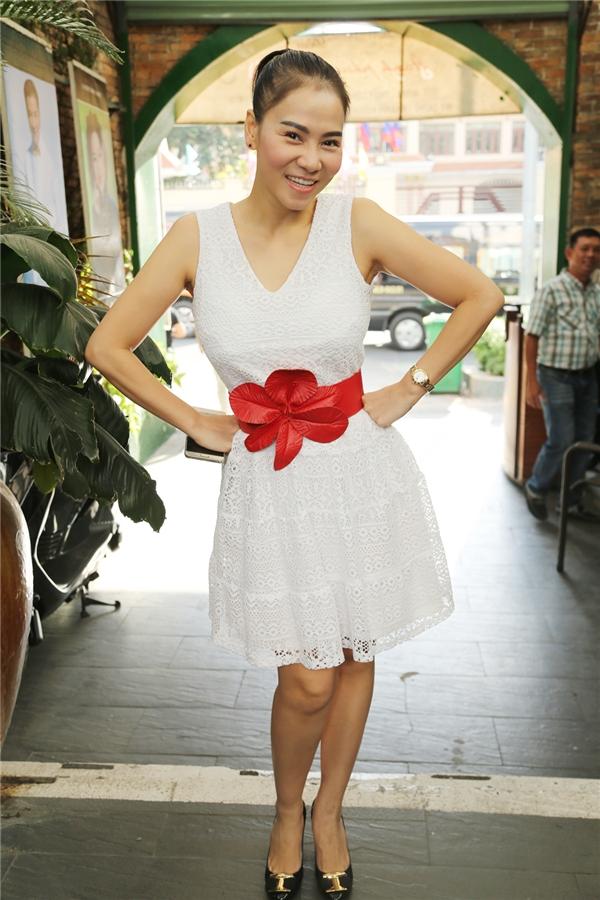 Nữ ca sĩ tươi tắn trong bộ váy trắngtrẻ trung. - Tin sao Viet - Tin tuc sao Viet - Scandal sao Viet - Tin tuc cua Sao - Tin cua Sao