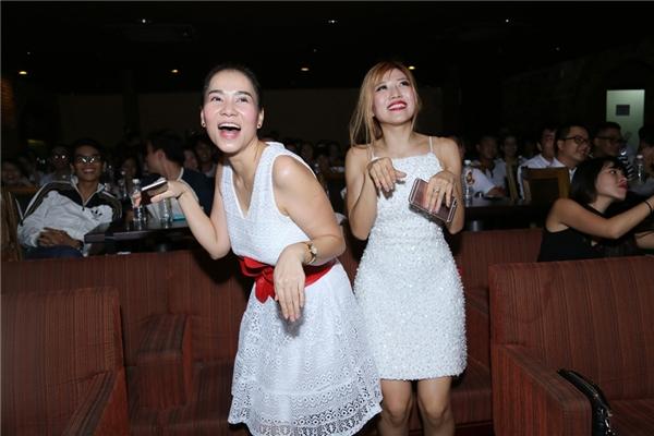 Thu Minh và Trang Phápphấn khích đến nỗi đứng lên cổ vũ cho các bạn thí sinh. - Tin sao Viet - Tin tuc sao Viet - Scandal sao Viet - Tin tuc cua Sao - Tin cua Sao