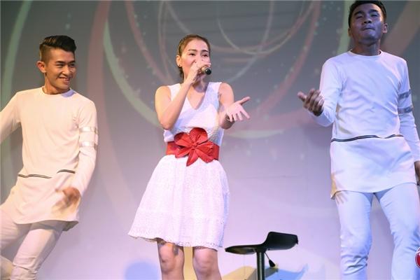 """Thu Minh đã thật sự """"đốt cháy"""" buổi offline. Các fan liên tục hát theo và cổ vũ nhiệt tình cho cô. - Tin sao Viet - Tin tuc sao Viet - Scandal sao Viet - Tin tuc cua Sao - Tin cua Sao"""