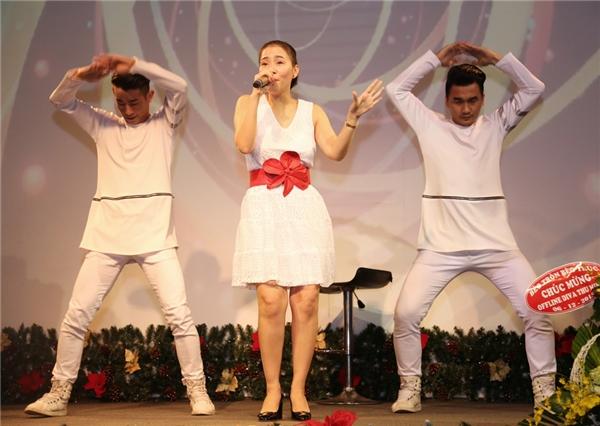 Đặc biệt, cô còn thể hiện khả năng beatbox và hát ca khúc Bay theo phong cách cải lương. - Tin sao Viet - Tin tuc sao Viet - Scandal sao Viet - Tin tuc cua Sao - Tin cua Sao