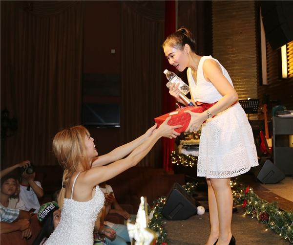 Cả hai học trò cũng dành tặng cho sư phụ món quà đặc biệt. - Tin sao Viet - Tin tuc sao Viet - Scandal sao Viet - Tin tuc cua Sao - Tin cua Sao