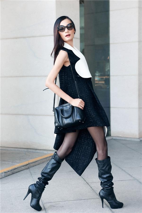 Nữ người mẫu khoe khéo đôi chân thon dài trong dáng váy có cấu trúc bất đối xứng được thực hiện trên nền chất liệu dệt kim hợp xu hướng trong mùa thời trang Thu - Đông. Tổng thể trở nên ấn tượng hơn nhờ đôi boots da có độ dài quá gối.