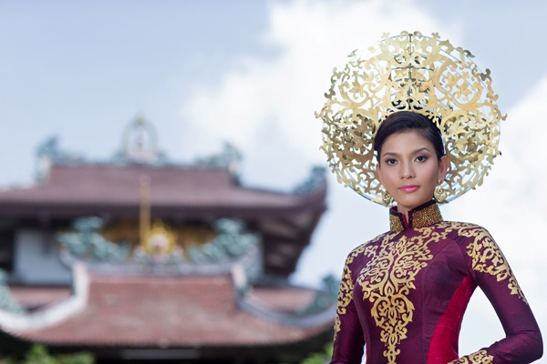 Trước đó, nhà thiết kế Thuận Việt và Đỗ Vân Trí cũng là người thiết kế quốc phục cho Trương Thị May tại Hoa hậu Hoàn vũ 2013. Thiết kế lấy ý tưởng từ vẻ đẹp của hoa sen cổ được cách điệu hiện đại, độc đáo. - Tin sao Viet - Tin tuc sao Viet - Scandal sao Viet - Tin tuc cua Sao - Tin cua Sao