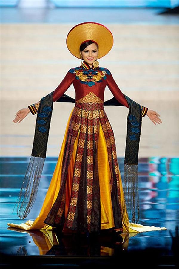 Áo dài của Thuận Việt cũng giúp Diễm Hương tỏa sáng trên sân khấu Hoa hậu Hoàn vũ Thế giới 2012. - Tin sao Viet - Tin tuc sao Viet - Scandal sao Viet - Tin tuc cua Sao - Tin cua Sao