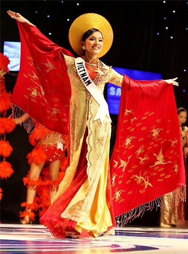 Vào năm 2008, bộ quốc phục lấy ý tưởng từ chim hạc cũng giúp Thùy Lâm ghi điểm tuyệt đối trong phần thi trang phục truyền thống. Đây cũng là thiết kế của Thuận Việt. - Tin sao Viet - Tin tuc sao Viet - Scandal sao Viet - Tin tuc cua Sao - Tin cua Sao