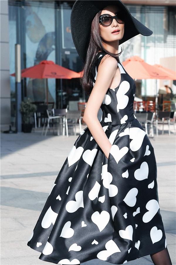 Diện bộ váy này, các cô gái có thể trở thành tâm điểm bởi sự thanh lịch, nhẹ nhàng, sang trọng.