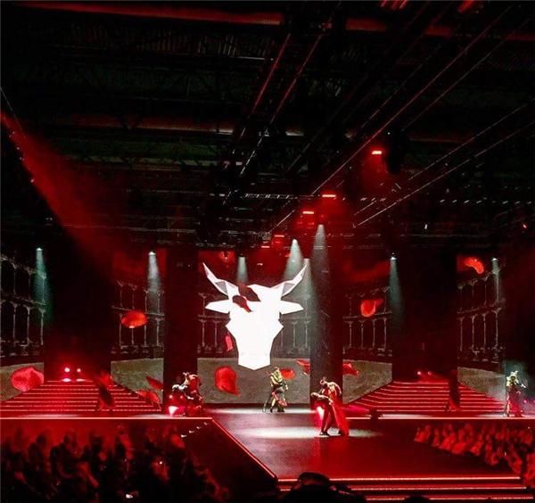 Sân khấu hoành tráng với hiệu ứng ánh sáng cầu kì, hiện đại mang tên The Clothes.