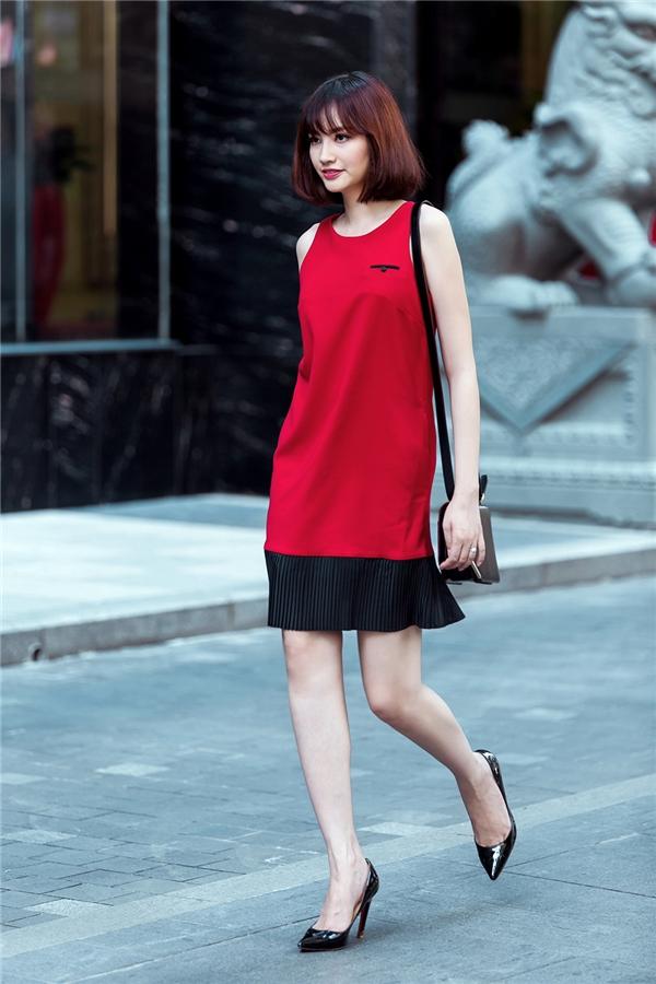 Diện độc dáng váy suông khoét tay rộng, Trúc Diễm vẫn nổi bật và thu hút với tông màu đỏ ruby hợp mốt. Đặc biệt, thiết kế này sẽ vô cùng phù hợp cho các quý cô trong những ngày Giáng sinh đang đến gần.