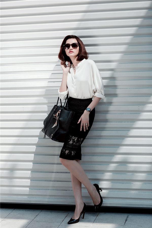 Với những cô nàng yêu thích vẻ ngoài gợi cảm, chất liệu ren sẽ là một lựa chọn khó thể bỏ qua trong mùa đông năm nay. Hãy nhìn xem, chiếc áo sơ mi trắng cổ điển nay đã trở nên hiện đại và thu hút hơn hẳn khi diện cùng chân váy ren xuyên thấu vô cùng táo bạo.