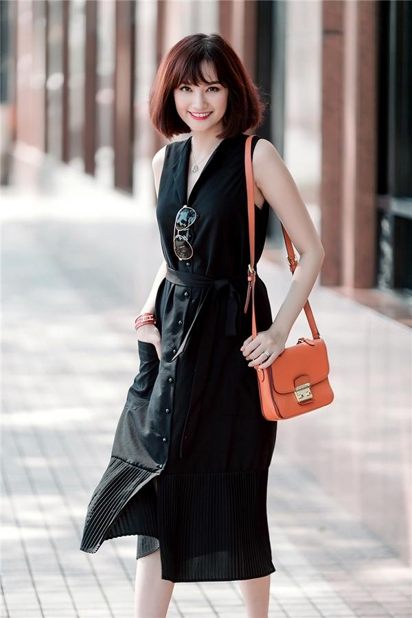 Sắc đen gần như vẫn giữ vững được vị thế của mình trong gần một năm qua. Và sắc màu này hứa hẹn sẽ tiếp tục trở thành xu hướng hot trong thời gian tới. Dĩ nhiên các thương hiệu và các nhà mốt sẽ có sự biến tấu, thay đổi nhất định cho phù hợp hơn với dòng chảy của thời trang hiện đại.
