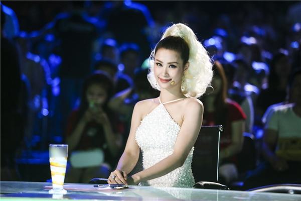 Với lối trang điểm ấn tượng cùng kiểu tóc khác lạ, người hâm mộ hoàn toàn bị thu hút bởi nét đẹp của cô ca sĩ trẻ. - Tin sao Viet - Tin tuc sao Viet - Scandal sao Viet - Tin tuc cua Sao - Tin cua Sao