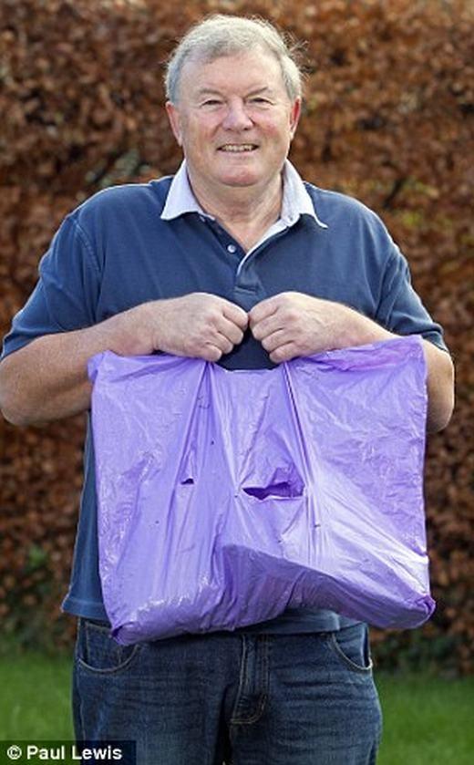 Chiếc túi 39 tuổi của ông John. (Ảnh: Paul Lewis)