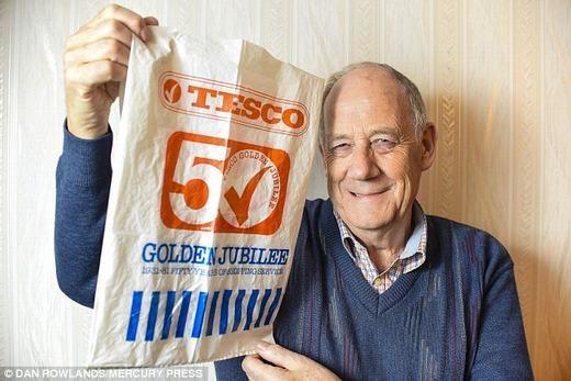 Cụ ông Martin bên chiếc túi 34 năm. (Ảnh: Dan Rowlands)
