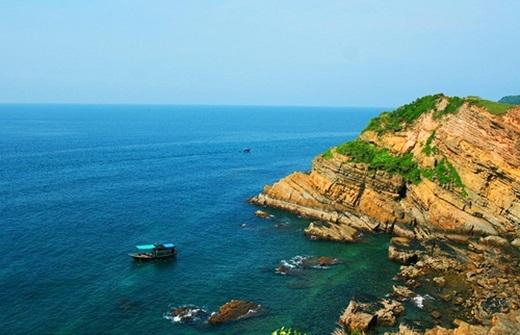 """Bạn có biết nơi nào ở Việt Nam có thể ngắm mặt trời mọc và lặn cùng một vị trí không? Cứ ngỡ đây là chuyện bất khả thi nhưng với Mũi Ông Đội (Phú Quốc), bạn có thể """"tha hồ"""" làm điều đó, ngoài ra còn được đắm chìm giữa bốn bề biển, trời xanh bao la. (Ảnh: Internet)"""