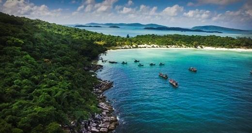 Đã từ lâu, Phú Quốc là điểm dừng chân quen thuộc của khách du lịch trong nước và quốc tế. Phú Quốc ghi điểm với du khách bởi nước biển xanh trong ánh lên sắc ngọc bích đẹp lạ thường, bãi cát vàng mịn như trải thảm dưới chân và bầu trời xanh hút tầm mắt. (Ảnh: Internet)