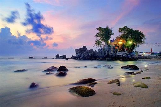 Ban ngày xanh trong là thế, đến xế chiều, trời đất, mặt biển dần chuyển sang màu hồng sắc tím dịu dàng, đâu đó điểm xuyết vài ngọn đèn màu vui tươi từ khu nhà dân hoặc khu nghỉ dưỡng. (Ảnh: Internet)