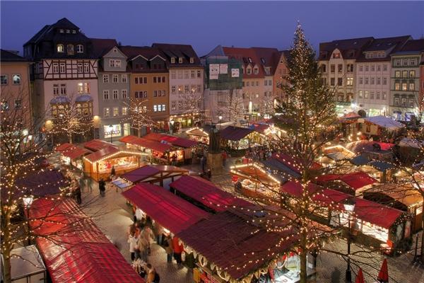 Chợ Jena ở Đức mở từ ngày 25/11 đến 22/12 với điểm nhấn là một bữa tiệc hòa tấu kèn trumpet lúc 5 giờ chiều mỗi ngày.(Ảnh: BuzzFeed)