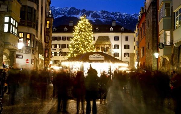 Với điểm nhấnlà đỉnh Alps giả nhưng vẫn cực kì thu hút, chợ Innsbruck ở Áo hoạt động trong một khoảng thời gian khá dài, từ 15/11 đến 6/1.(Ảnh: BuzzFeed)