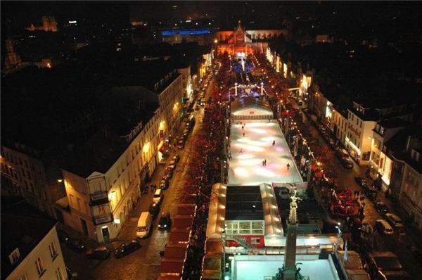 Từ ngày 28/11 đến 4/1, chuỗi lễ hội Winter Wonders ở chợ Brussels, Bỉ thu hút gần 230 doanh nghiệp cùng nhiều hoạt động thú vị đáng trông đợi.(Ảnh: BuzzFeed)