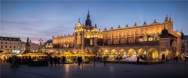 Hoạt động từ 28/11 đến 26/12, chợ Giáng sinh ở Krakow lộng lẫy như một phiên chợ dành cho giới quý tộc thời xưa.(Ảnh: BuzzFeed)