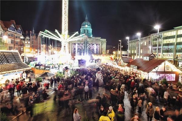 Thiên đường Giáng sinh của Nottingham, mở từ ngày 20/11 đến 24/12, thu hút khách với một đường trượt băng khổng lồ, khu trò chơi trẻ em, 200 cây thông lộng lẫy và nhạc sống.(Ảnh: BuzzFeed)