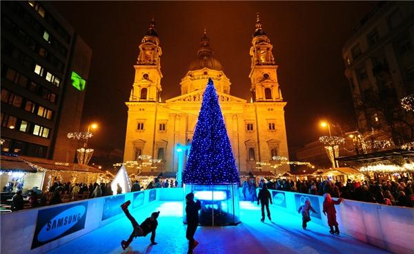 Cứ mỗi mùa đông đến, quảng trường Vörösmarty ở Budapest, Hungary lại khoác lên mình một chiếc áo mới, gây thích thú cho người dân bản địa lẫn khách du lịch.(Ảnh: BuzzFeed)