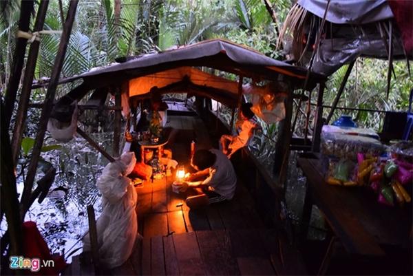 Con thuyền gỗ bệ rạc đã ngót nghét hơn 20 năm tuổi nằm dưới chân cầu Rạch Bàn 2, ngay bên cạnh những tòa nhà cao ốc trên đường Nguyễn Hữu Thọ, quận 7 là nơi cư ngụ của ông Lê Văn Đực (55 tuổi) cùng vợ và con gái 8 tuổi.