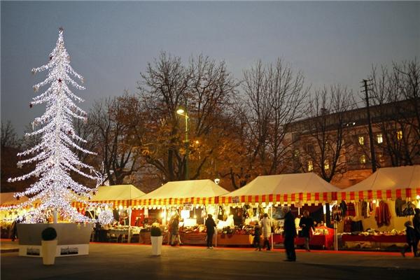 Với thị trấn Bergamo, Ý, thời điểm lí tưởng nhất để cảm nhận trọn vẹn không khí lễ hội là ngày 13/11 – ngày lễ tưởng niệm thánh Lucia.(Ảnh: BuzzFeed)