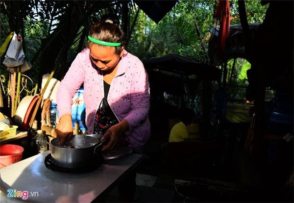 Trong một lần đi kéo lưới, ông gặp được bà Nguyễn Thị Vĩnh, người phụ nữ đẹp nhưng bất hạnh chuyện chồng con. Cùng cảnh sông nước, lại lầm lỡ về đường tình duyên nên ông bà quyết định dọn về ở cùng để giúp nhau lúc tuổi xế chiều.