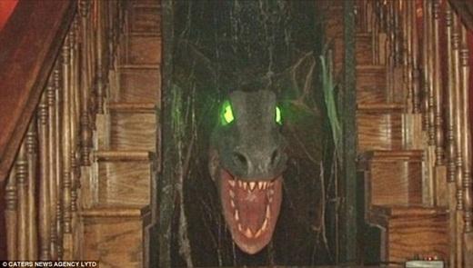 Ngôi nhà tất nhiên không thể thiếu những biểu tượng ma quái như bộ áo giáp có thể xoay xung quanh, chú khủng long ở cầu thang và ngay đến cả đồ nội thất bên trong cũng được đặt làm cho giốngtrong phim.(Ảnh: Internet)