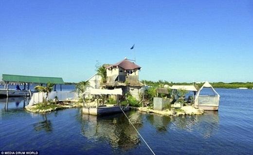 Ông Richart Sowa, một nghệ sĩ ở Yorkshire, Anh đã dùng 150.000 chai nhựa để xây dựng một hòn đảo, đặt tên là Joyxee với diện tích 2.438 mét vuông gần vùng biển Cancun, Mê-xi-cô.(Ảnh: Internet)