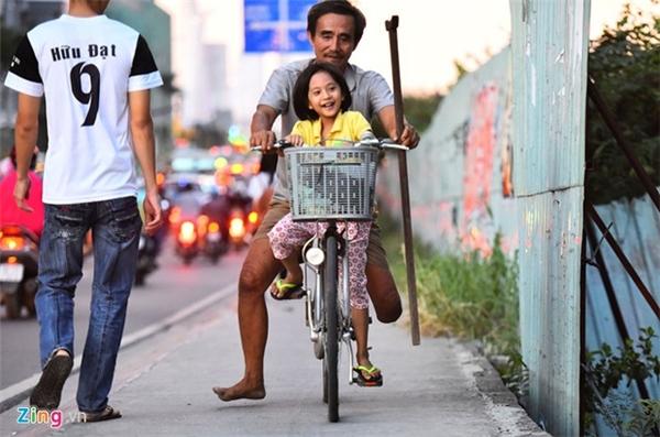 Bé My hiện đang theo học lớp tình thương do một bà giáo mở dạy miễn phí cho con em xóm vạn chài. Từ ngày được người phụ nữ làm nghề ve chai tặng cho chiếc xe đạp cũ, ông Đực tập cho con để bé tự đến trường cách nhà vài km vì ông bà không có thời gian đưa đón.