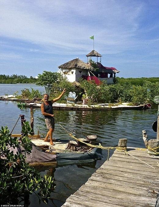 Ông đã mất 7 năm để xây dựng một hòn đảo gần gũi thiên nhiêncủa riêng mình với vườn cây cọ, cây ăn quả và thảo mộc. Ở giữa đảo là ngôi nhà ba tầng với hai phòng ngủ, nhà bếp và phòng tắm có đầy đủ tiện nghi như điện nước và internet.(Ảnh: Internet)