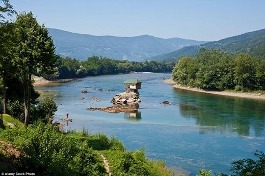 Trải qua 45 năm, ngôi nhà tí hon nằm trên tảng đá ở giữa sông Drina, Serbia vẫn kiên cố, vững chãi dù trải qua biết bao nhiêu biến cố thời gian và thiên nhiên như lũ lụt hay gió lớn.(Ảnh: Internet)