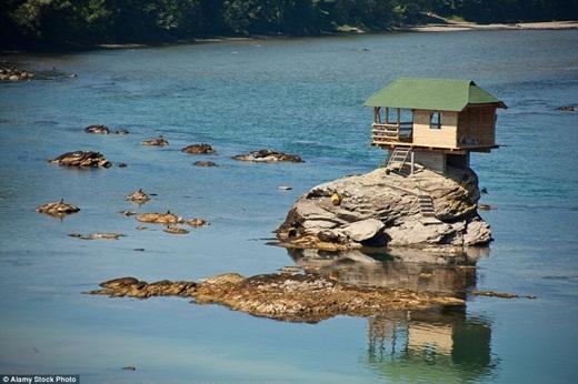 Căn nhà tí hon này được xây dựng vào năm 1968, khi một nhóm những tay bơi lội trẻ muốn có nơi nghỉ ngơi mỗi lúcra sông luyện tập. Họ đã dùng những chiếc thuyền kayak để vận chuyển vật liệu và đồ đạc xây dựng ra giữa sông để dựng lên ngôi nhà.(Ảnh: Internet)
