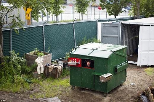 Một bể nước 2 lít được gắn trên mái nhà để ông có thể uống nước hay phục vụ cho nhu cầu vệ sinh.(Ảnh: Internet)