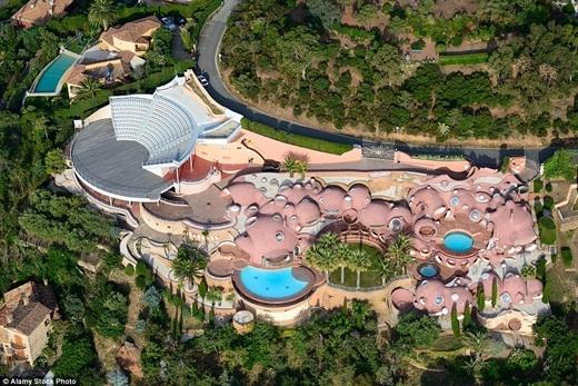 Ngôi biệt thự Bong Bóng độc đáo của nhà thiết kế thời trang nổi tiếng thế giới Pierre Cardin trị giá 250 triệu bảng Anh (khoảng 832 tỉ đồng Việt Nam) tính đến thời điểm hiện tại.(Ảnh: Internet)