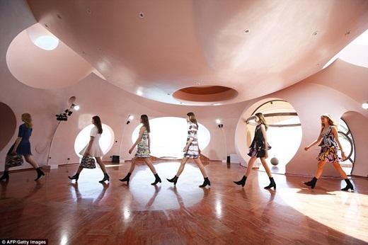 Ngôi biệt thự kì lạ này tọa lạc ở thành phố Cannes, Pháp. Đây là địa điểm thường xuyêndiễn ra những chương trìnhtrình diễn thời trang cao cấp hay các bữa tiệc linh đình của các ngôi sao hoặcgiới thượng lưu.(Ảnh: Internet)