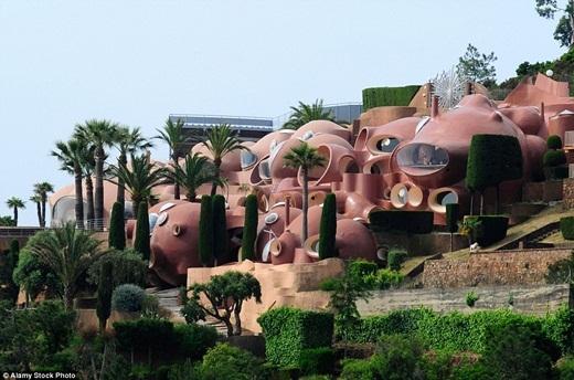 Với 10 dãy phòng được thiết kế riêng, 3 hồ bơi, những khu vườn được chăm chúttỉ mỉ, khán phòng ngoài trời với sức chứa 500 người và tầm nhìn phóng ra quang cảnh Địa Trung Hải tuyệt đẹp, biệt thựBong Bóng luôn khiến cho người tham quan có cảm giác như đang bước vào xứ sở thần tiên kì ảo.(Ảnh: Internet)