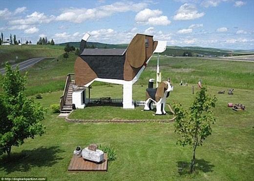 """Ngôi nhà với hình dạng """"cưng chết người"""" này cao 4 mét 2. Ở gần đó, cặp đôi nghệ sĩ cũng xây dựng thêm một chú cún nhỏ và đặt tên là Toby.(Ảnh: Internet)"""