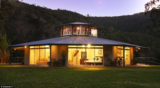 Cặp vợ chồng Luke và Debbie Everingham đã xây dựngmột ngôi nhà có thể xoay vòng tròn theo hướng mặt trời ở Wingham, New South Wales, Úc.(Ảnh: Internet)