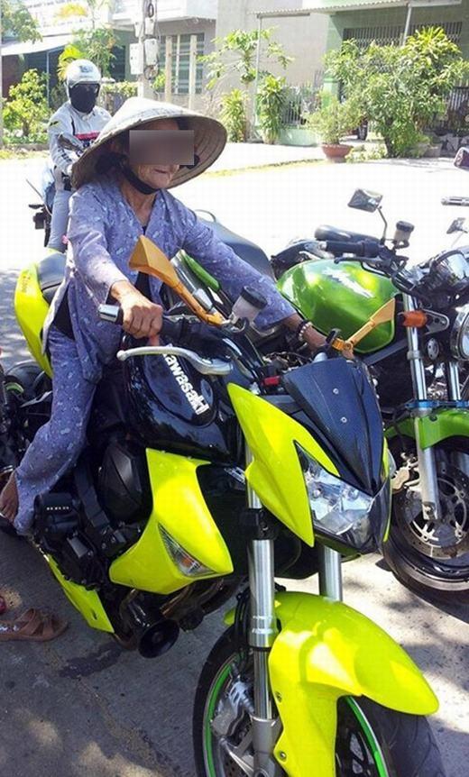 Cởi dép đội nón lá lái mô tô trông vẫn ngầu!(Ảnh: Internet)