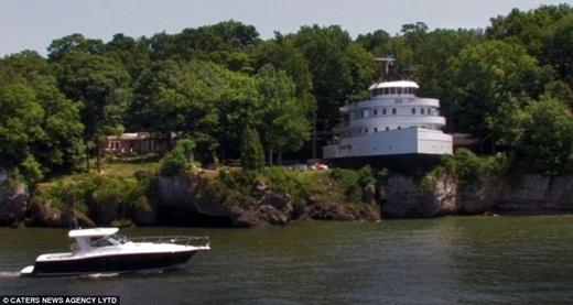 Lúc đầu, căn nhà chiếc thuyềnthuộc sở hữu của ông Frank J Sullivan. Sau khi cải tạo nó thành một khách sạn vào năm 1992, Frank đã bán đấu giá. Hai cha con Jerry và Bryan Kaspar đã mua căn nhà này. Họthường dành thời gian nghỉ mát ở trong căn nhà độc đáo này mỗi khi có thời gian.(Ảnh: Internet)