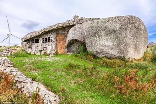 Được biết đến với tên gọi Casa do Penedo, hay Ngôi nhà đá, kiến trúc kì lạ nằm trên một con dốc giữa cánh đồng ở Nas montanhas de Fate, Bồ Đào Nha trông chẳng khác gì một căn nhà thứ thiệt vàothời kì đồ đá.(Ảnh: Internet)