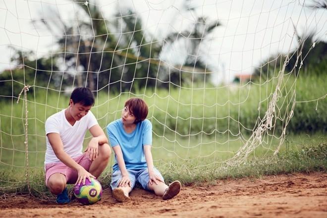 Anh yêu bóng đá... còn em thì yêu anh!