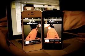 """Đêm nay, giữa khoảng tối mênh mông, những chiếc điện thoại chỉ khẽ rung cho những tin nhắn của 2 con người sắp chia xa. Dăm ba câu dặn dò lẫn rồi lại hỏi nhau bâng quơ: """"Ngày mai rồi người có buồn không?"""" Rồi cũng chỉ im lặng, chẳng dám trả lời."""
