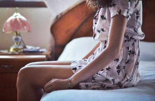 Cô gái điên rồ có quyền được nương tựa? Dù là mưa trái mùa dai dẳng và bứt rứt Dù là những đêm mùa hè oi nồng nóng nực Dù là những chờ chực không tên Nên... anh có dám yêu khôngmột cô gái như thế?  Dù anh là người đến trễ, Đã không kịp chạm vào lúc cô ấy còn tinh khôi Lúc đôi môi còn căng mọng chờ đợi Lúc chơi vơi nhất Hay lúc mật đắng ngã chỏng chơ.  Anh đến, liệu có phải giấc mơ? Liệu cô gái điên rồ có một quyền chờ đợi? Liệu... trong nơi nào đấy, sâu hoắm tim anh Lành, hiền và ấm áp... Dành riêng cho cô ấy thôi?