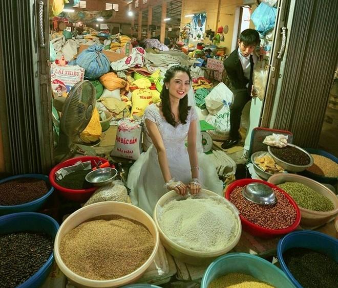 Bộ ảnh cưới đáng yêu của cặp đôi trẻ giữa chợ bình dân