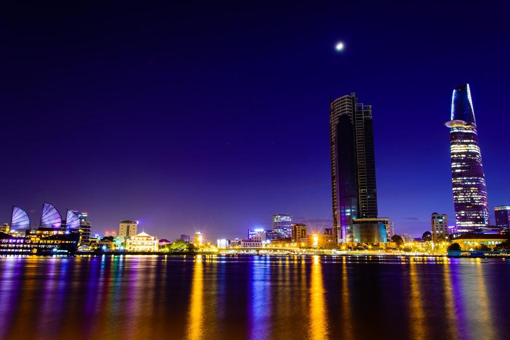 Sài Gòn - thành phố hoa lệ và cuộc sống giữa người giàu, kẻ nghèo