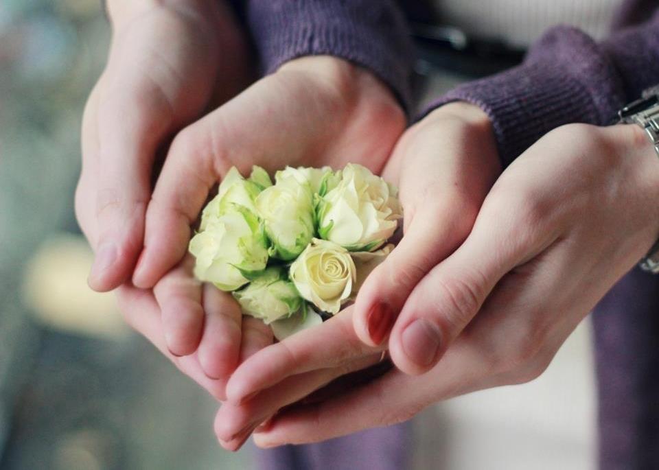 Em cần anh ôm chặt để được yêu thương
